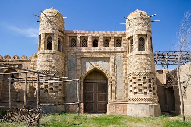 Castelo velho em cazaquistão. fortaleza os nômades Foto Premium