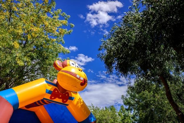 Castelos infláveis coloridos para as crianças pularem e saltarem em um parque de diversões Foto Premium