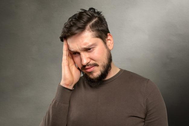 Casual jovem caucasiano, sofrendo de dor de cabeça Foto Premium