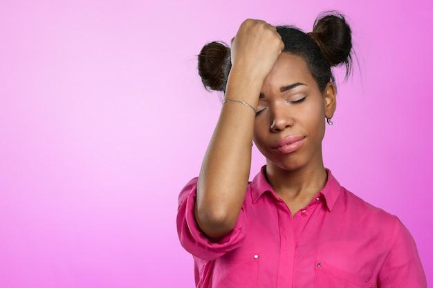 Casual mulher negra com dor de cabeça Foto Premium