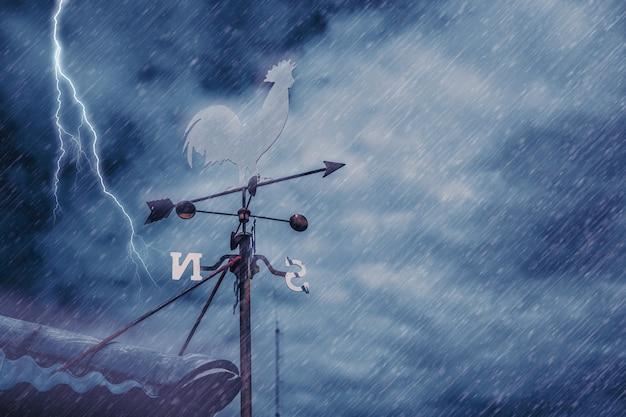 Cata-vento, ligado, casa, telhado, com, fundo, de, tempestade, chovendo, ventoso, pretas, nublado, céu escuro, com, thunderbolt, ou, greve, de, relampago Foto Premium