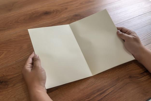 Catálogo de catálogo de retrato em branco mock-se em revistas de identidade de madeira marca Foto Premium