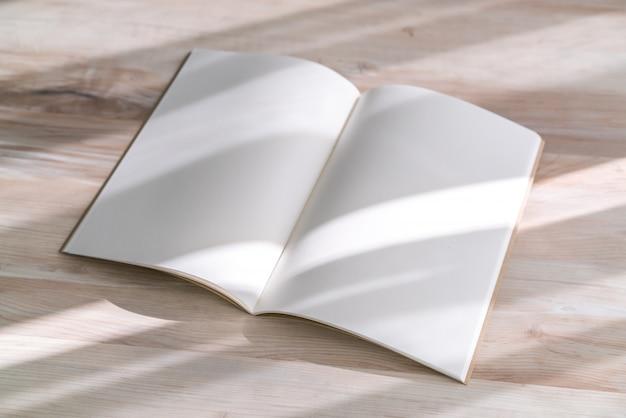 Catálogo em branco, revistas, livro mock-se sobre fundo de madeira. Foto gratuita