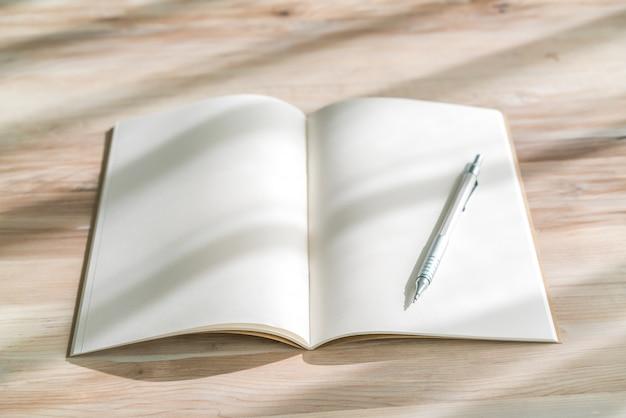 Catálogo em branco, revistas, livro mock up com caneta