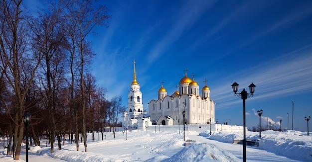 Catedral da assunção em vladimir no inverno Foto gratuita