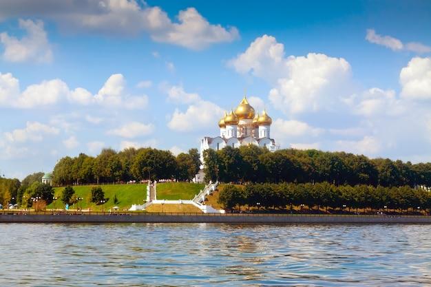 Catedral da assunção em yaroslavl Foto gratuita