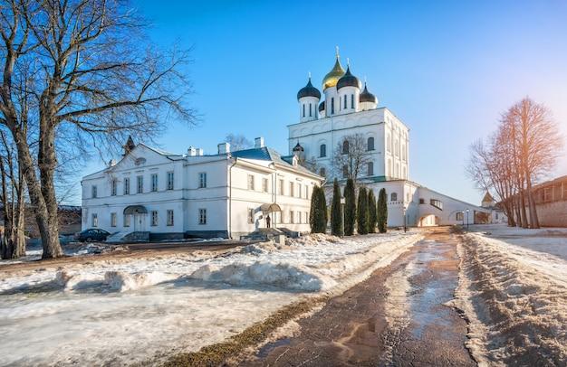 Catedral da trindade no kremlin de pskov Foto Premium