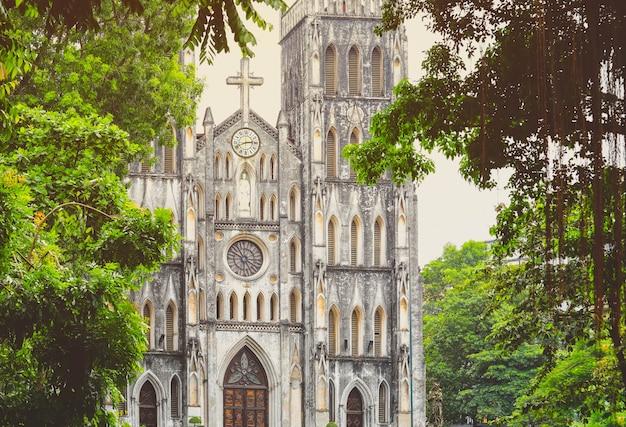 Catedral de são josé é uma igreja gótica de avivamento em hanói, vietnã Foto Premium
