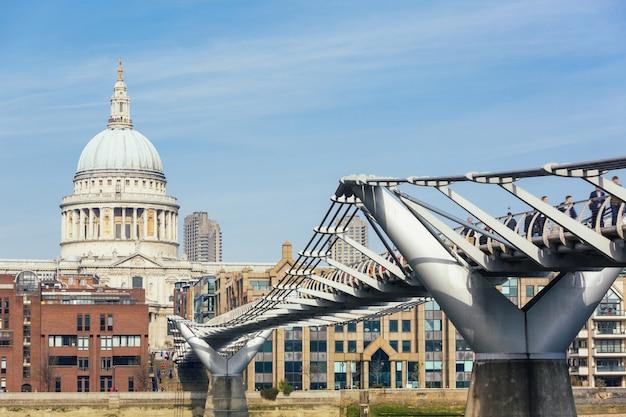 Catedral de são paulo e a ponte do milênio em londres Foto Premium