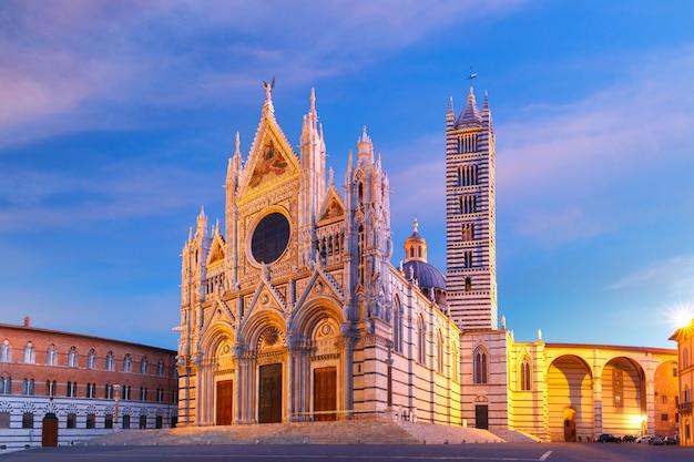 Catedral de siena ao nascer do sol na toscana, itália Foto Premium