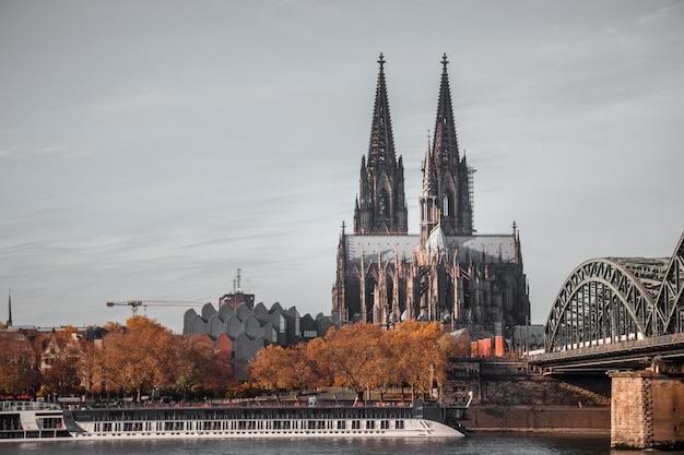 Catedral gótica com duas torres Foto gratuita