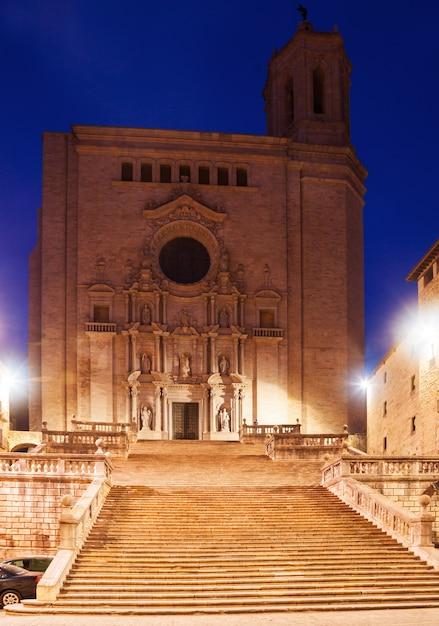 Catedral gótica de girona à noite Foto gratuita