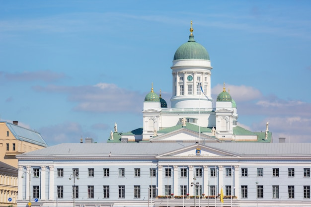 Catedral luterana e câmara municipal em helsínquia Foto Premium