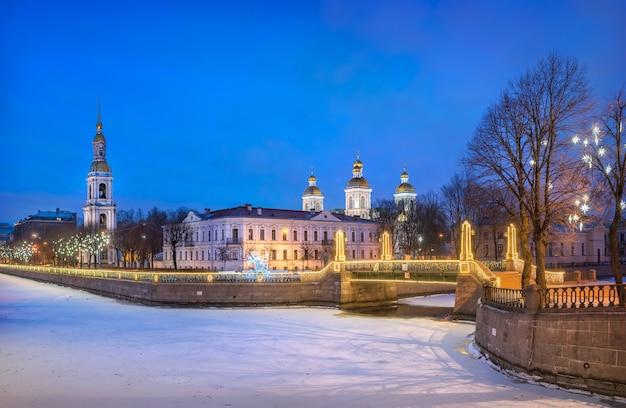 Catedral naval de são nicolau e estrelas festivas em uma árvore em são petersburgo e no canal kryukov sob o céu azul da noite Foto Premium