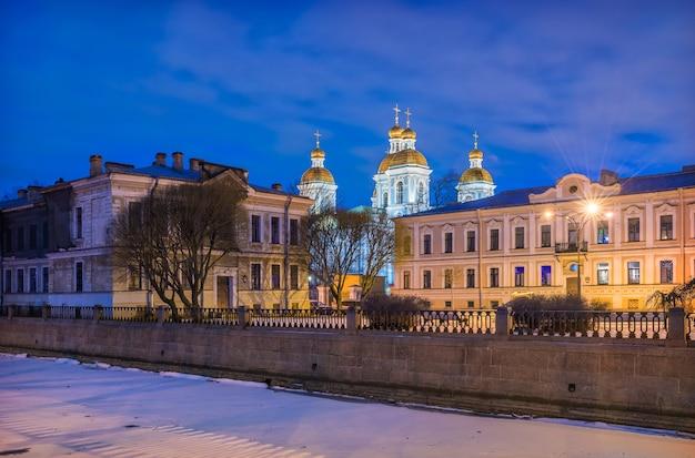 Catedral naval de são nicolau em são petersburgo e o canal griboiedov sob o céu azul da noite Foto Premium