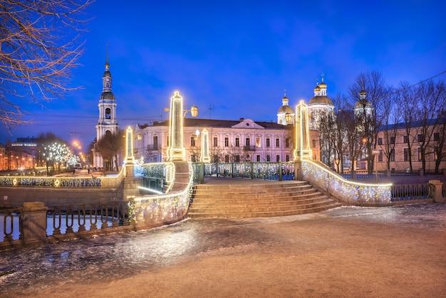 Catedral naval nikolsky em são petersburgo e a ponte krasnogvardeisky sob o céu azul da noite Foto Premium