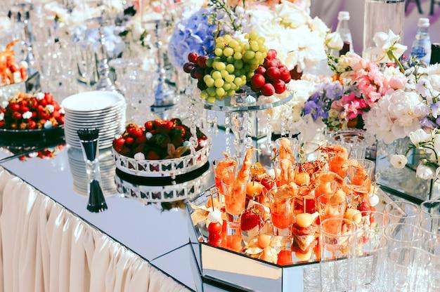 Catering de casamento com frutas e lanches na mesa decorada Foto gratuita