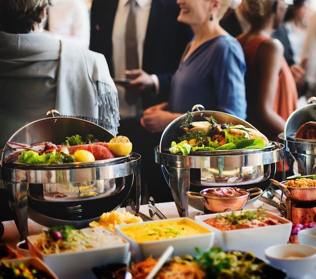 Catering do bufete do alimento que janta comer o partido que compartilha do conceito Foto Premium