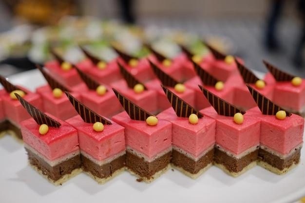 Catering food, sobremesa e doce, mini canapés, lanches e aperitivos, comida para o evento, sweetmeat Foto Premium