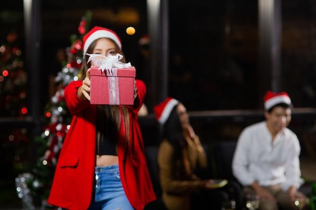 Caucasiana menina bonita segurando caixas de presente de natal Foto Premium