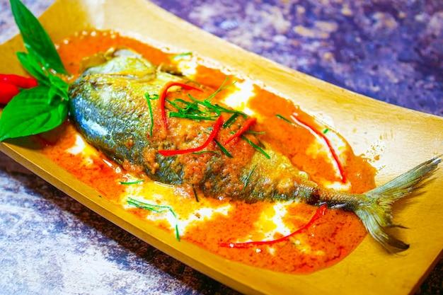 Cavala chuchi, peixe frito com curry, comida tailandesa de estilo Foto Premium
