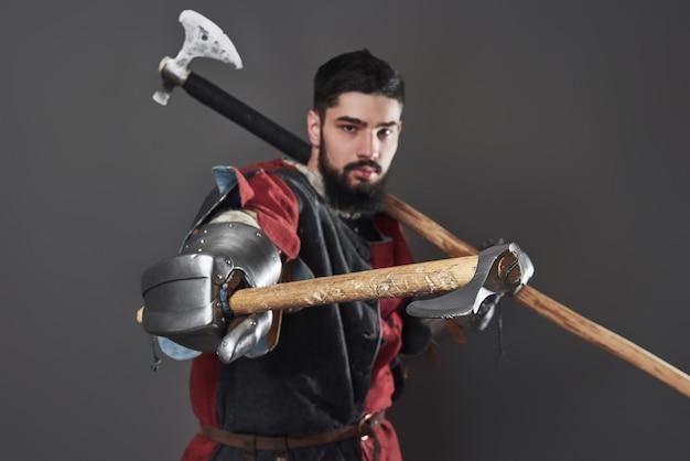 Cavaleiro medieval em cinza Foto gratuita