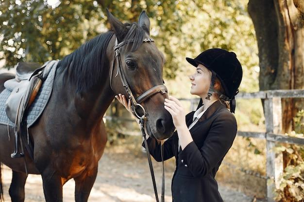 Cavaleiro treina com o cavalo Foto gratuita