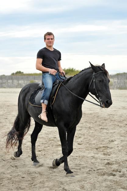 Cavalo e homem jovem Foto Premium