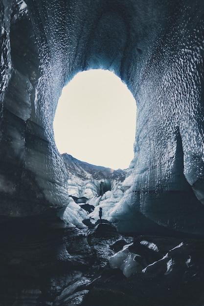 Caverna com neve durante o dia Foto gratuita