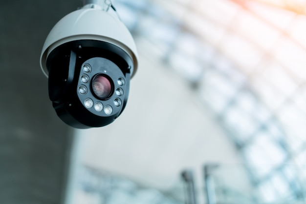 Cctc câmera instalar no conceito de idéias de sistema de segurança de salão público Foto Premium