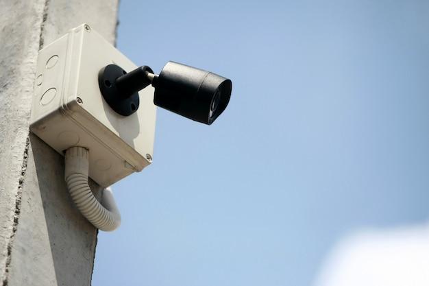Cctv, câmera de circuito fechado com céu azul Foto Premium
