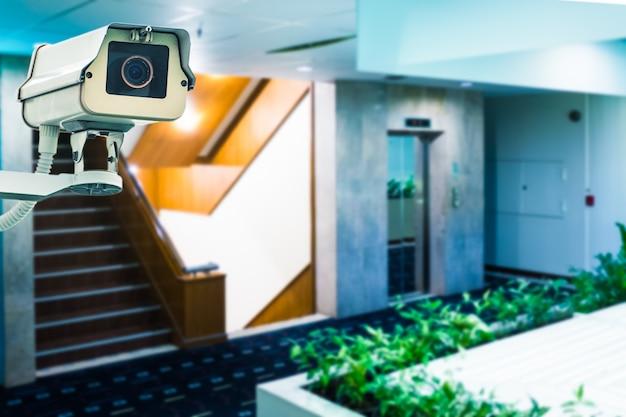 Cctv em prédio em frente ao elevador Foto Premium