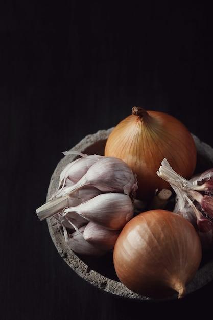 Cebola e alho crus e cortados Foto gratuita