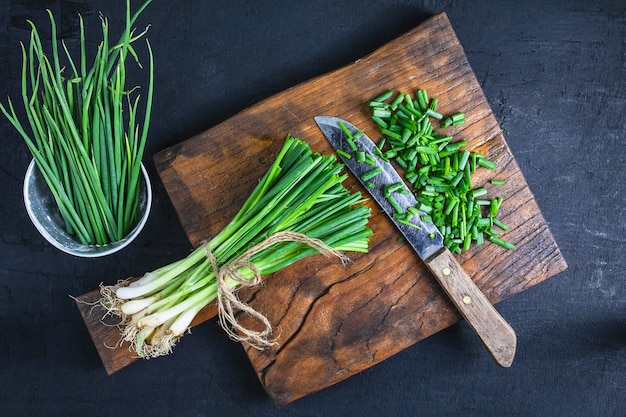 Cebola fresca, corte, ligado, madeira, tábua cortante Foto Premium