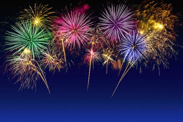 Celebração colorida dos fogos-de-artifício no céu crepuscular. Foto Premium