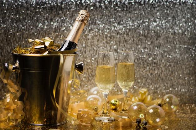 Celebração de ano novo vista frontal com champanhe Foto gratuita