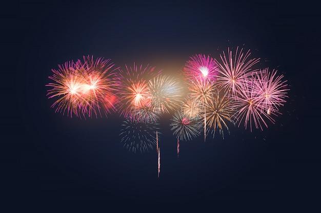 Celebração de fogos de artifício coloridos e o céu crepuscular. Foto Premium