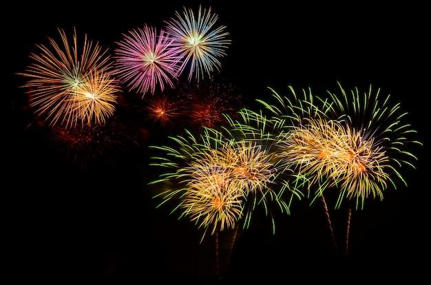 Celebração de fogos de artifício e o fundo do céu à noite. Foto Premium
