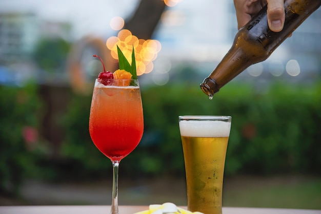 Celebração de pessoas no restaurante com cerveja e mai tai ou mai tailandês Foto gratuita