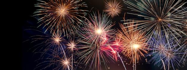 Celebração festiva ano novo manchete de fogo de artifício Foto Premium