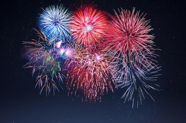 Celebração incrível fogos de artifício cintilantes sobre o céu estrelado Foto Premium