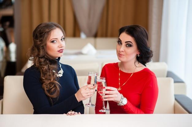 Celebração. lindas garotas estão bebendo champanhe. Foto Premium