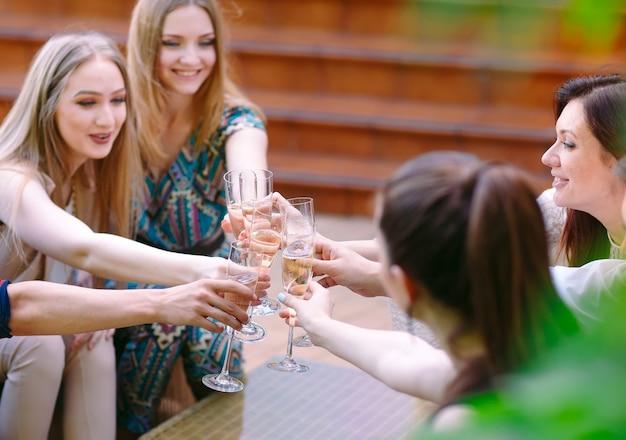 Celebração. pessoas segurando taças de champanhe, fazendo um brinde Foto Premium