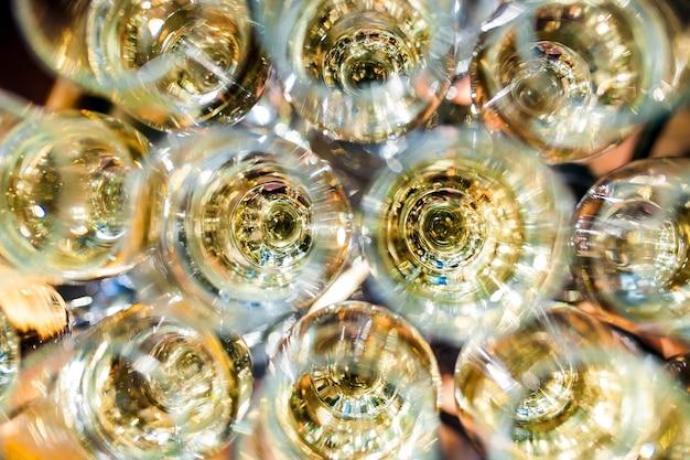Celebração. pirâmide de taças de champanhe. Foto Premium