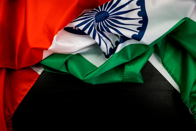 Celebrando o dia da independência da índia bandeira da índia em fundo de madeira Foto Premium