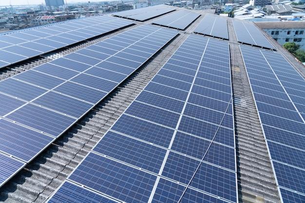 Célula solar no telhado do edifício Foto Premium