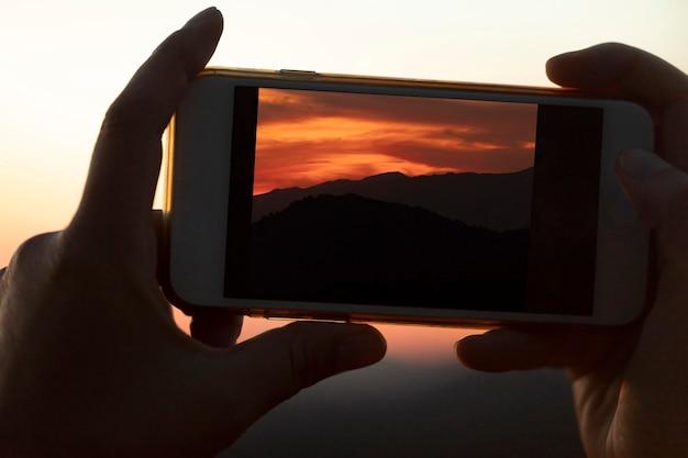 Celular close-up, sendo realizada pelas mãos Foto gratuita