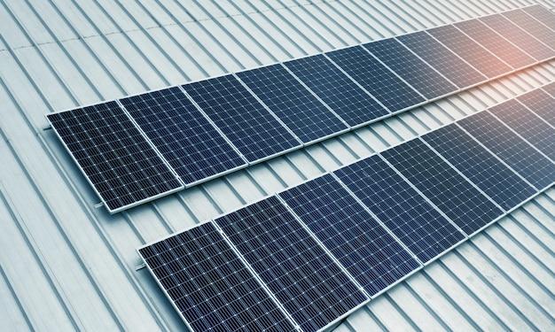 Células solares no telhado com luz laranja, economizam energia Foto Premium
