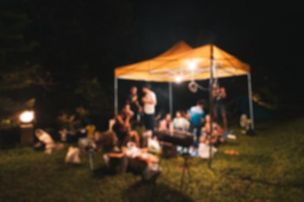 Cena borrada de amigos desfrutar de reunião Foto Premium