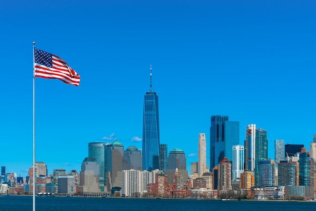 Cena da bandeira da américa sobre o lado do rio de paisagem urbana de nova york, que local é mais baixo manhattan, arquitetura e construção com turista e dia da independência Foto Premium
